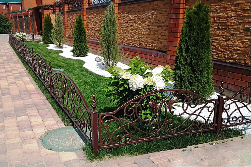 Кованые заборчики для палисадника фото свадьба