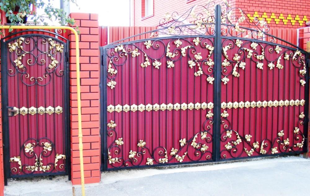 ворота из красного профнастила с ковкой